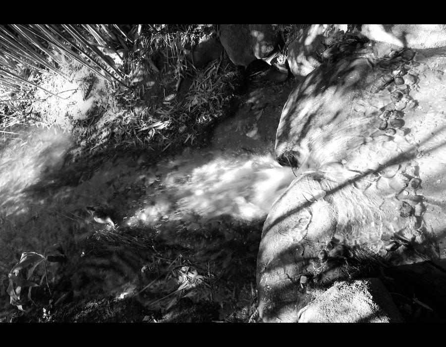 água a correr sobre pedras