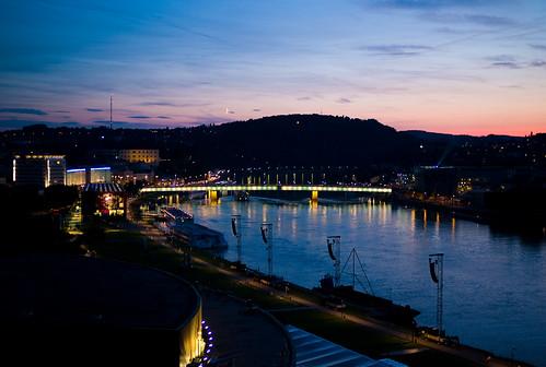 Looking over Brucknerhaus and Blue Danube