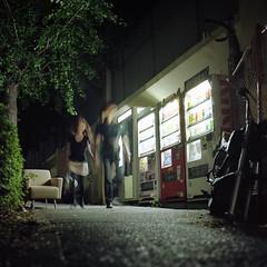 a quiet corner (F_blue) Tags: tokyo kodak shibuya hasselblad vendingmachine  500cm portra160nc  planart c8028 fblue2008