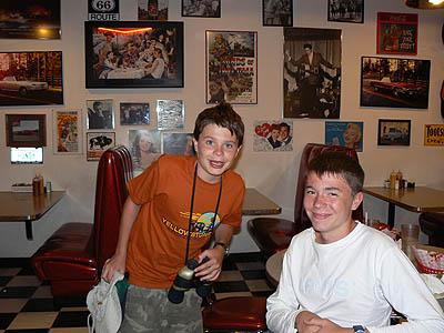 2 enfants heureux au diner WY.jpg