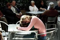 vittima di eurochocolate (plicci) Tags: bar piazza tavolino perugia ragazza scatto sconosciuta rubato eurochocolate boicottaggio fortebraccio grimana popoloeurochocolate benedettecalorie