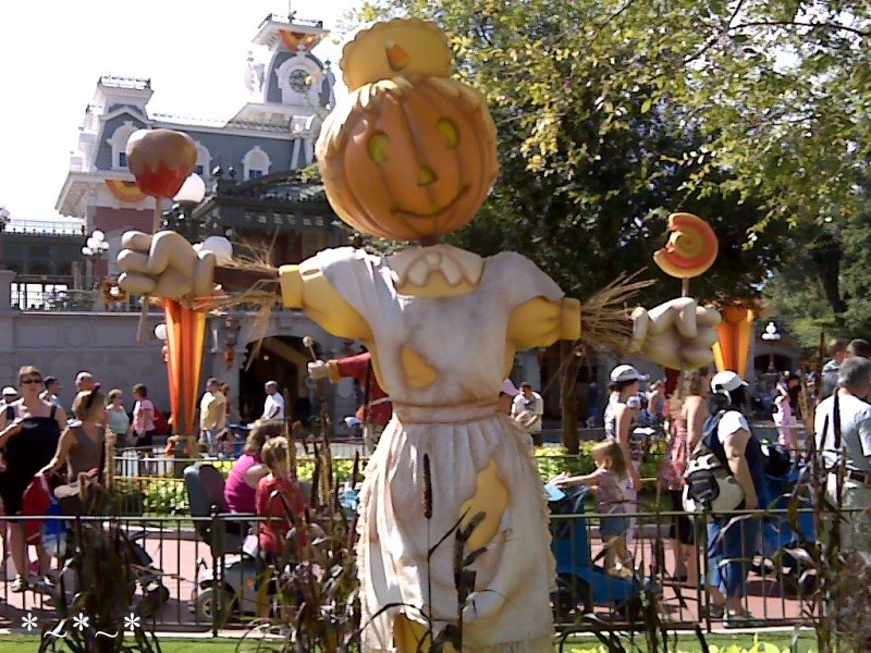 IMG00934-Disney-Magic-Kingdom-Halloween-deco-Pumpkinhead-scarecrow-candymaker
