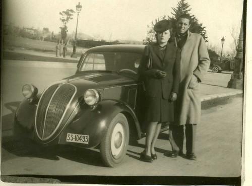 Família Nogués amb llur Fiat Topolino a l'Avinguda Diagonal de Barcelona (1944)