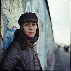 Das Mdchen an der Mauer (david_fisher) Tags: portrait berlin muro slr 120 6x6 film girl germany point deutschland gallery fuji retrato side east bronica pro alemania medium vanishing 2008 sq medio ost mauer fuga formato nieves ostalgie 400h davidfisher sqai zenza pro400h zenzanon fujifilmpro400h zenzanonps80mmf28