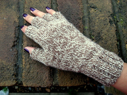 Knitting Patterns Free Fingerless Mittens : KNITTING PATTERN FOR FINGERLESS GLOVES - FREE PATTERNS