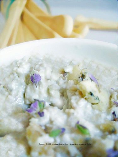 Scented lavander, pear and gorgonzola dip