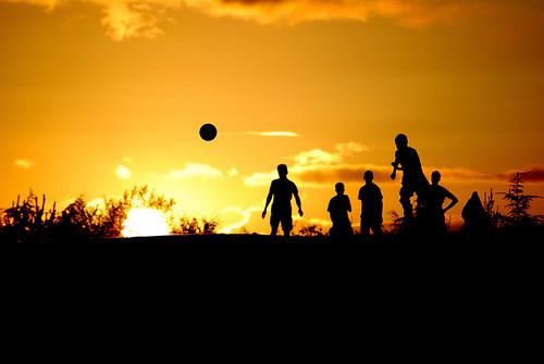 フリー画像| 人物写真| 一般ポートレイト| シルエット| 夕日/夕焼け/夕暮れ| サッカー|      フリー素材|