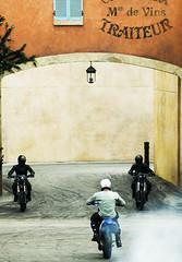 el triángulo de la muerte (quino para los amigos) Tags: street paris france fight moto motorcycle pelea 007 jamesbond rivales adversarios kunfupanda dospatadasylisto williamwallace2008
