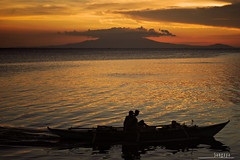 : going home (audiOscience!) Tags: sunset sky orange cloud mountain seascape water silhouette bay boat asia fishermen philippines manila moa southeast manilabay pasay luzon mallofasia nikond80 audioscience sangoyo christianlucassangoyo lakadpilipinas