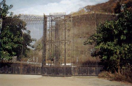 Partenon de Durazo: La entrada a la casa de Durazo