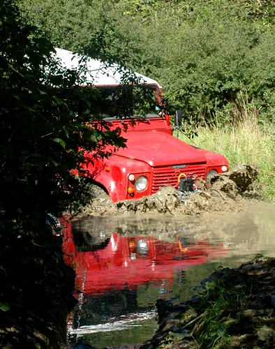 Land Rover V8 in water