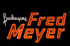 Burlingame Fred Meyer (Curtis Gregory Perry) Tags: light usa luz sign oregon america portland licht us neon pacific northwest lumire united aviso fred pacificnorthwest states burlingame luce muestra meyer signe sinal  zeichen non segno nen     teken