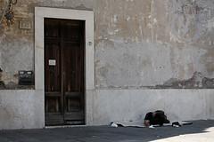 marginale (katerbina) Tags: roma italia dormire portone pausa vagabondo rubato
