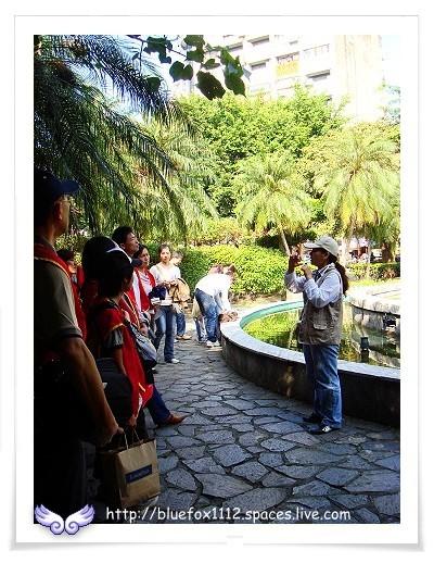081115溫泉鄉小旅行Ⅰ-商圈試遊團02_北投溫泉親水公園噴水池前的解說