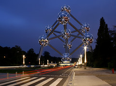 Brussels Atomium (david.bank (www.david-bank.com)) Tags: street brussels sculpture night lights science atomium atoms photosrus