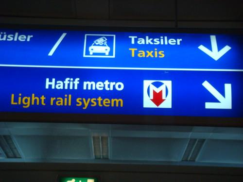 8f566c0ff ولمعرفة مكان المترو عند وصولكم لمطار اتاتورك ابحثوا عن هذه اللوحه الارشاديه  واتبعوها كي تصلو لمحطة المترو الموجود تحت الارض
