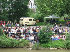 Crowd on the Bank (rearechelon) Tags: germany neckar tbingen badenwrttemberg stocherkahnrennen neckarinsel stocherkahnrennen2008