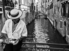 Il Segreto dell'Acqua - Secret in the Water (fabio c. favaloro) Tags: venice blackandwhite bw italy hat landscapes calle nikon bn ponte gondola 2008 acqua venezia biancoenero canale cappello d300 gondoliere allrightsreserved© nikond300 fabiocfavaloro