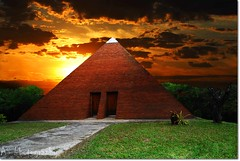 PYRAMID.sun$et (Anderson Sutherland) Tags: light sunset sky orange sun sunlight lines architecture clouds photography nikon pyramid prdosol withfriends blueribbonwinner sb28 abigfave andersonsutherland nikonforever skytheme d40x goldstaraward worldtrekker 1855wow theworldofpixeland