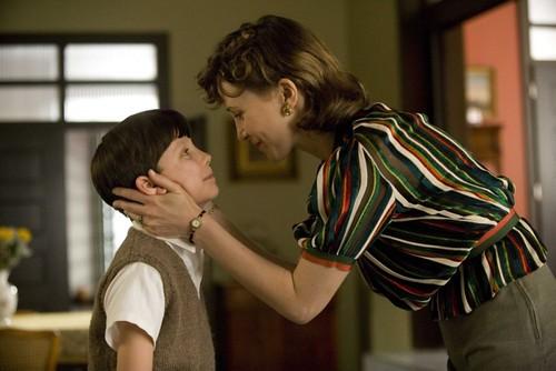 asa-butterfield-e-vera-farmiga-in-una-scena-del-film-il-bambino-con-il-pigiama-a-righe da te.
