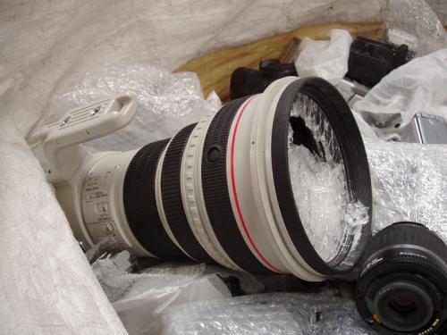 Empleados destruyen material defectuoso de Canon