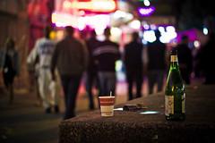 kiez bokeh freitag. (neontiger) Tags: people glass drunk bottle nightshot bokeh hamburg flasche reeperbahn kiez wein streetshot roter coffeetogo feierei partymeile hamburgbokehfreitag