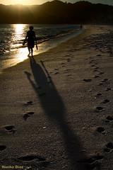 Atardecer en la orilla (Nacho Daz) Tags: shadow sea espaa woman beach canon contraluz atardecer mar spain sand shine sombra playa arena rasbaixas galicia favoritas fav favs nacho ignacio brillo faved daz cangas morrazo rasbajas 400d rodeira idiazblanco idiaz