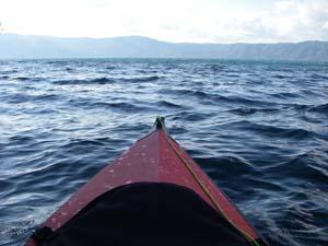 十和田湖で揺れるカヤック