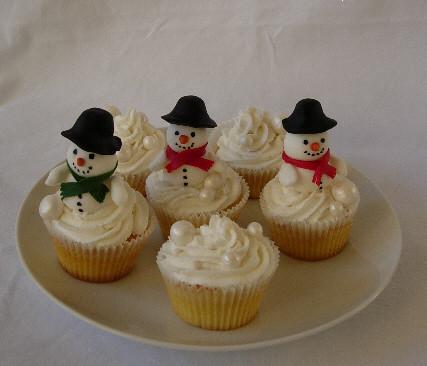 snowmen cupcakes by caketasia.