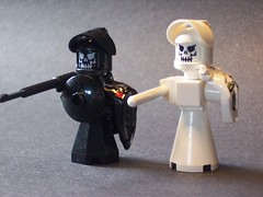 Show your face and bow to the queen! (monsterbrick) Tags: lego micro blackknight whiteknight moc