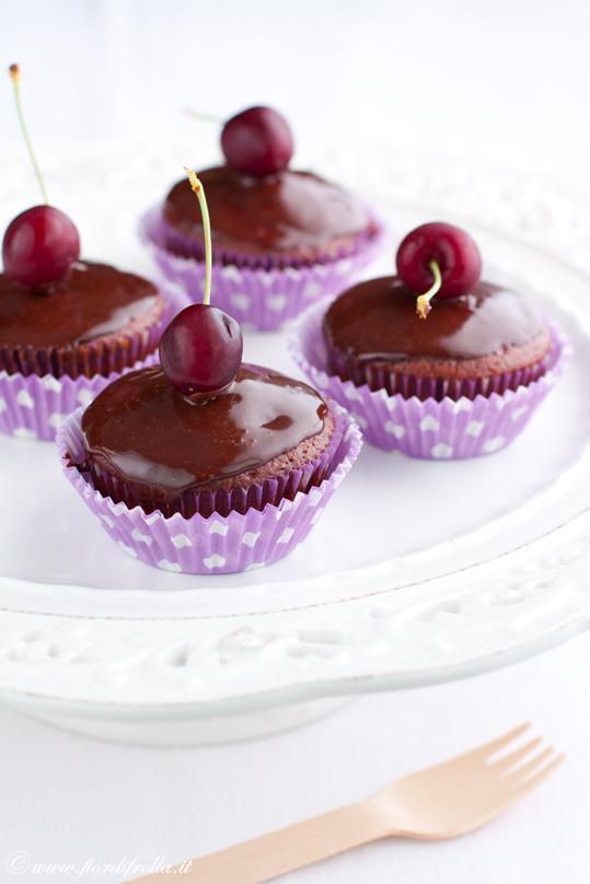 Cupcakes al cioccolato e ciliegie