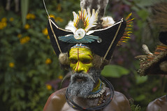 Huli Man with Double Hat (mardeross) Tags: papuanewguinea huliwigmen