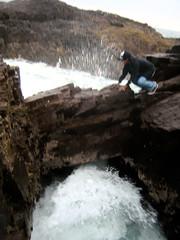 R2D2: Xtrem! (d.meneses, fotografiando lo que veo) Tags: sea brown mar rocks explosion wave afraid care r2 arturo rocas ola d2 danielmeneses arturinho