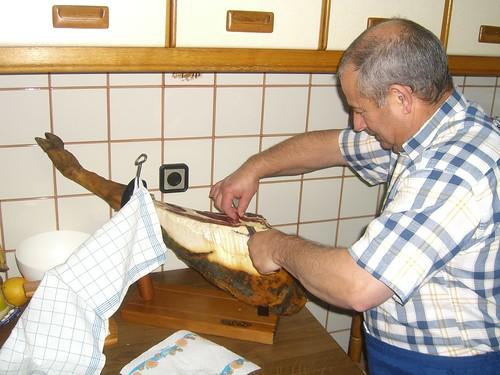 Juan cutting jamón