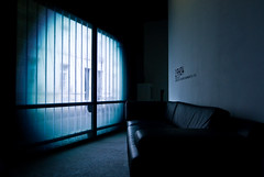 19h04 (janbat) Tags: street blue windows nikon tokina bleu sofa ccc d200 tours rue fentre f4 1224 canap cuir 19h04 jbaudebert