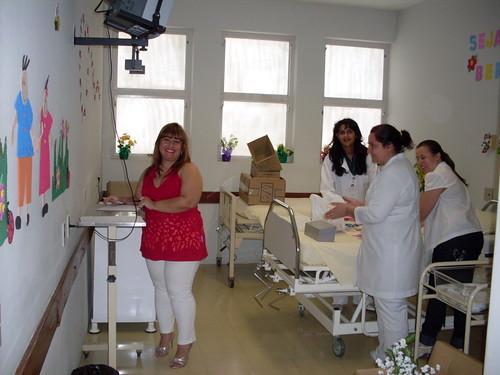 Eliane e Ângela (Enfermeiras), Renata(Farmácia) e Telma (Compras) enfeitando o quarto