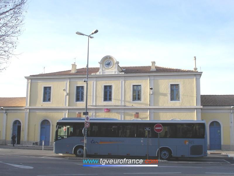 La gare d'Aix-en-Provence Centre (13100) avec un autocar de substitution assurant la liaison TER Aix - Marseille pendant les travaux de rénovation et de modernisation de la voie ferrée