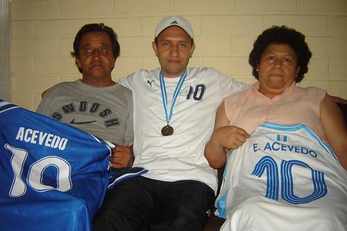 Erick Acevedo junto a sus padres