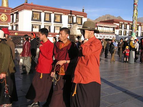 800px-Around-Jokhang4