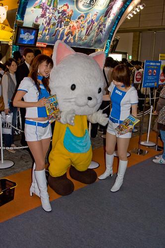 Deux booth babes SEGA avec une mascotte ressemblant à un chat