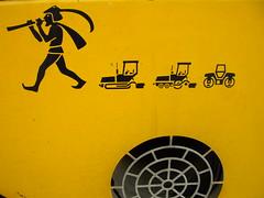 El moderno flautista de Hameln (Manu B 81) Tags: logo curioso amarillo dibujo bizkaia obra siluetas curiosa euskadi vizcaya basquecountry paisvasco pintura maquina ventilador obras chapa maquinaria excavadora emblema zierbena zierbana ventilacion ciervana