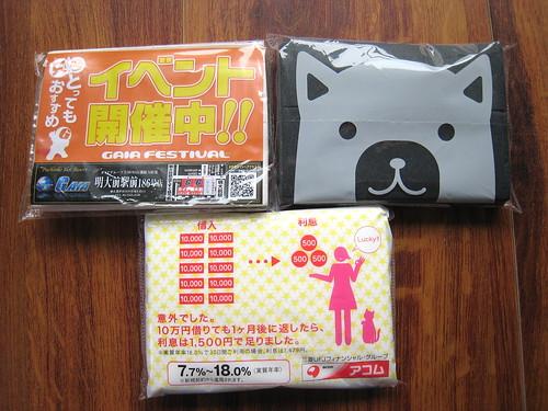 Trois paquets de mouchoirs publicitaires côte à côte