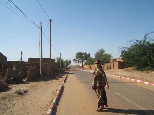 Sophie dans les rues de Tillaberi