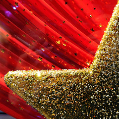 Xmas glitter (jmvnoos in Paris) Tags: red paris france square stars rouge gold star golden nikon or 100views etoile toiles etoiles toile dor d300 15faves 10faves 20faves colorphotoaward 50comments excapturemacro jmvnoos 10favesext 15favesext 20favesext