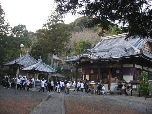 延光寺本堂(右)と大師堂