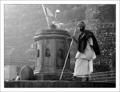 Le Pèlerinage aux Sources (Christian Lagat) Tags: blackandwhite india noiretblanc nandi hindu inde linga pelerin madhyapradesh hindouisme भारत maheshwar nikkor50mmf18d nikond40x