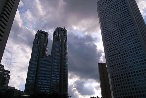 都庁に雲かかる
