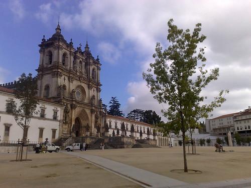Foram plantadas árvores em frente ao mosteiro... será que não vão perturbar a vista quando crescerem?