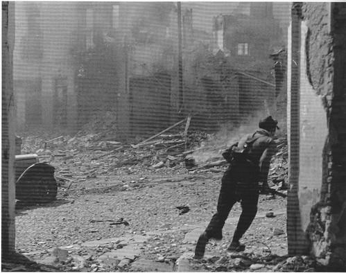 Combates en las cercanías del Museo de Santa Cruz (Toledo) en la Guerra Civil. Septiembre de 1936. Fotografía de Hans Namuth/Georg Reisner