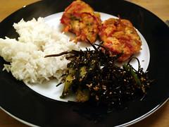 Fiskefrikadeller med ris og tangsalat
